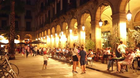 gyalogút : BARCELONA, SPAIN - JULY 18, 2014: Night view of Placa Reial with restaurants in summer evening. Barcelona, Spain Stock mozgókép