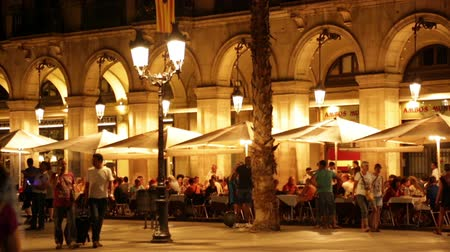 Барселона : BARCELONA, SPAIN - JULY 18, 2014: Night view of restaurants at Placa Reial in summer. Barcelona, Catalonia Стоковые видеозаписи
