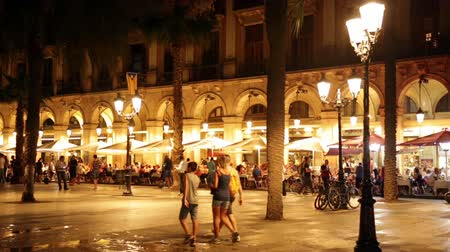 spanyolország : BARCELONA, SPAIN - JULY 18, 2014: Night view of Placa Reial  in july. Barcelona, Spain