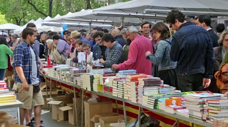 книжный магазин : BARCELONA, SPAIN - APRIL 23, 2015: Books on stalls in Saint George day in Barcelona, Spain. Saint George is the patron saint of city Стоковые видеозаписи
