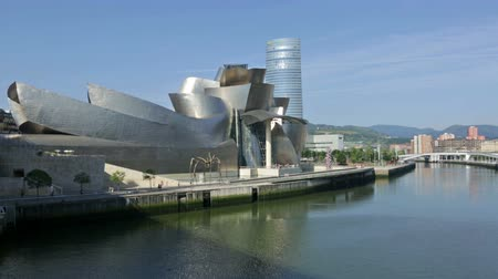 muzeum : BILBAO, SPAIN - JULY 4, 2015:  Guggenheim Museum Bilbao is  museum of modern and contemporary art, designed by Canadian-American architect Frank Gehry. Bilbao, Basque Country