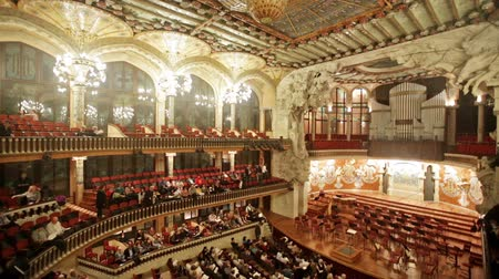 симфония : BARCELONA, SPAIN - NOVEMBER 26, 2015: Audience and orchestra at the concert Cicle Caral Orfeo Catala in music hall Palau de la Musica Catalana, Catalonia