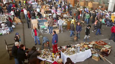 книжный магазин : BARCELONA, SPAIN - APRIL 6, 2016: Top view of Mercat de Encants flea market in Barcelona, Spain. It is one of the oldest markets in Europe, has been known since the 14th century Стоковые видеозаписи