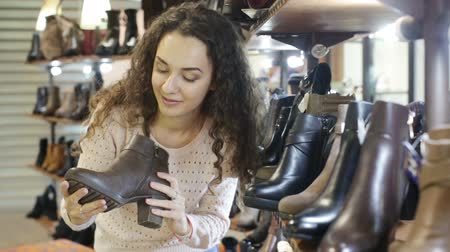 otuzlu yıllar : womens shoes in a shoe store Stok Video