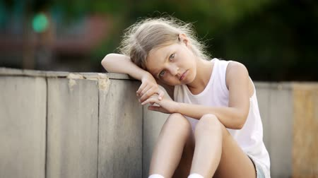carrancudo : Girl in elementary school age looking depressed outdoors in park