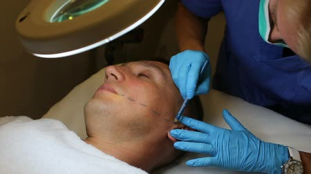 mezoterapia : Woman doctor is preparing a client for mesotherapy in clinic