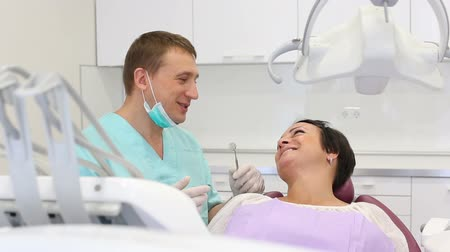 лечит : adult dentist checking teeth of a patient