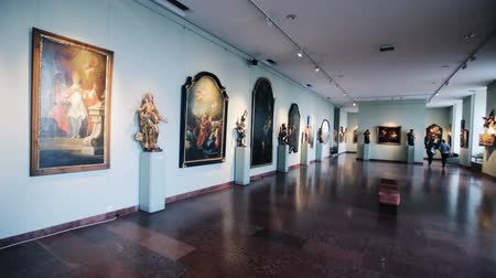 estatuária : BUDAPEST, HUNGARY - OCTOBER 29, 2017: Halls of ancient sculpture and painting in Hungarian National Gallery in Buda Castle