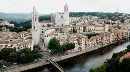 zastřešení : Aerial view of the main landmarks of Girona - Saint Mary Cathedral and Collegiate Church of Sant Feliu on Onyar river, Spain