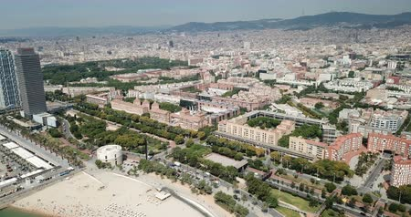 pokoj : BARCELONA, SPAIN - July 29, 2018: Aerial view of cityscape with hotel W Barcelona on Barceloneta Beach in summer Wideo