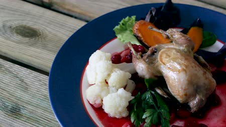 kavurma : Appetizing roasted quail with greenberry carrots, steamed cauliflower Stok Video