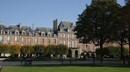 vosges : PARIS, FRANCE - OCTOBER 10, 2018: View of the Place des Vosges with sunny