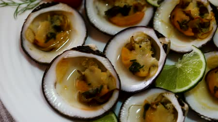 puhatestű : Baked Glycymeris glycymeris clams with sauce, served with lime
