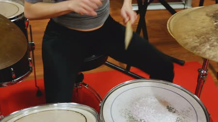 głośniki : Passionate emotional female drummer with her bandmates practicing in rehearsal room