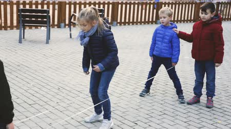 interessado : Playing chinese jump rope