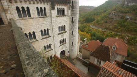 hacı : ROCAMADOUR, FRANCE - October 07, 2018: Impressive architectural ensemble of the complex Stok Video