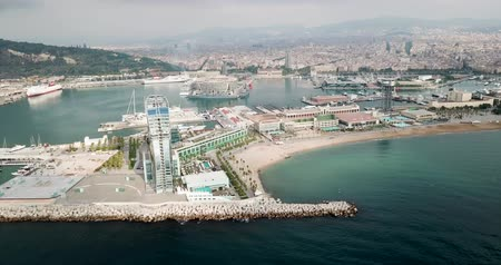 pokoj : BARCELONA, SPAIN - July 29, 2018: View from the Barceloneta beach with luxury hotel W Barcelona Wideo