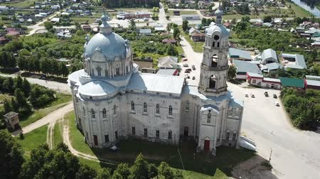 régiók : Peculiar architecture of Trinity Cathedral in Gus-Zhelezny, combining elements of baroque, classicism and pseudo-Gothic, Russia Stock mozgókép