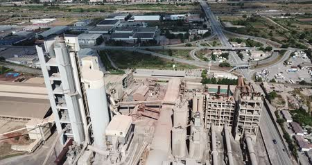 安定性 : BARCELONA, SPAIN - JULY 29, 2018: Aerial view of cement production plant