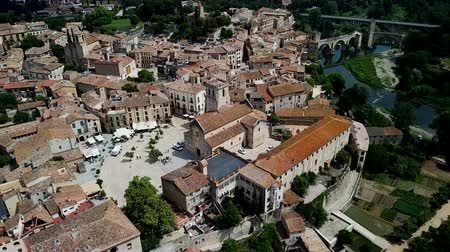 зелень : View from drone of medieval Spain town of Besalu with Romanesque bridge over Fluvia river