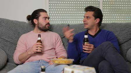 gritar : Two men friends are talking and drinking beer