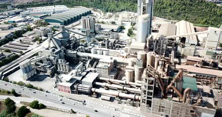 estrutura : Industrial background with large cement factory. Aerial view Vídeos