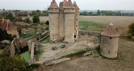 locatie : Picturesque autumn landscape with the medieval fortress of Chateau de Sarzay, France