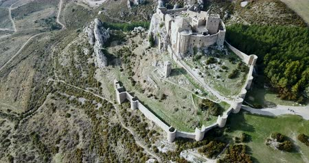 укрепленный : Aerial view of the Spanish medieval fortress of Castillo de Loarre near Huesca