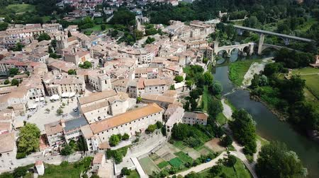 romanesk : Aerial view of the historic center of Besalu with Romanesque bridge over Fluvia river, Catalonia, Spain Stok Video