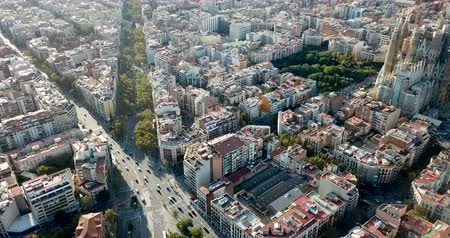 katalán : Panoramic view of Barcelona and the Sagrada Familia in Barcelona at sunny summer day