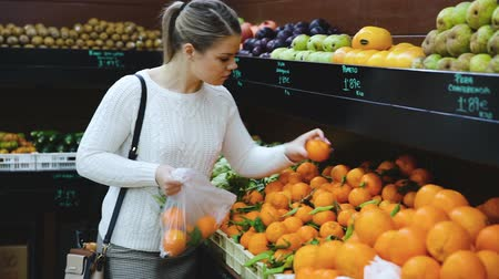 zöldségbolt : Portrait of young woman doing shopping at fruit store