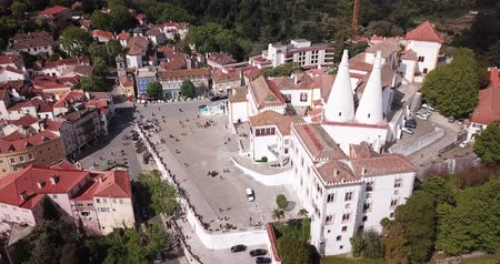 зелень : Sintra, Portugal — April 21, 2019: View of Palace of Sintra (Town Palace) overlooking Manueline wing, medieval royal residence in Portugal Стоковые видеозаписи