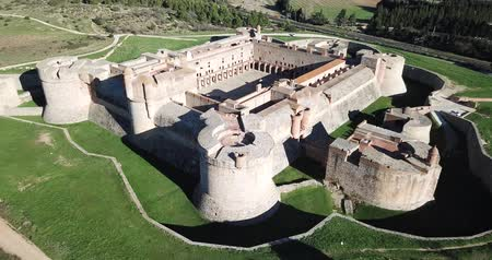 citadela : Picturesque autumn landscape with imposing medieval fortified Chateau de Salses, French Catalonia Vídeos