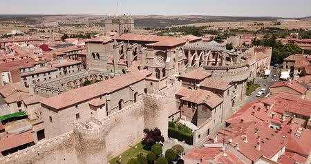 romanico : Aerial view of Gothic Cathedral of Saviour in Spanish fortified city of Avila on background of cityscape in summer day Filmati Stock