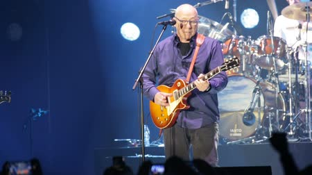 голос : BARCELONA, SPAIN - APRIL 26, 2019:  Performance of Mark Knopfler at Palau Sant Jordi during his farewell tour