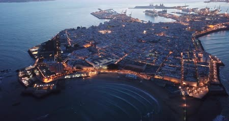 Кадис : Aerial view of Spanish port city of Cadiz on peninsula in Atlantic Ocean early in morning