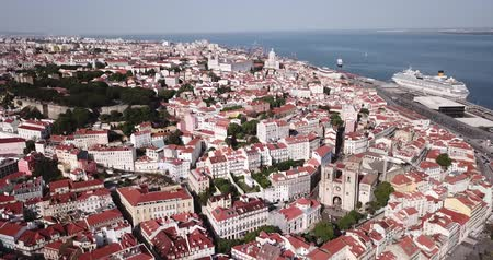 카톨릭교도 : Picturesque aerial view of historical areas of Lisbon on bank of Tagus river overlooking medieval Roman Catholic Cathedral, Portugal