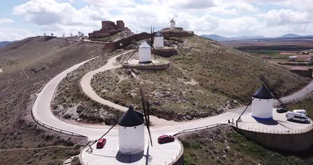 špičatý : Aerial view of white cylindrical towers and pointed roofs of old Spanish windmills on background with Consuegra cityscape Dostupné videozáznamy