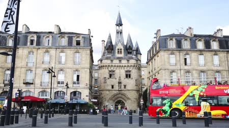 díszített : BORDEAUX, FRANCE - JULY 18, 2019: Porte Cailhau - medieval city gate in historic center of Bordeaux. View from Richelieu embankment Stock mozgókép