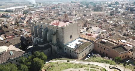 monumentális : View from drone of town of Montblanc and Santa Maria cathedral, Catalonia Stock mozgókép