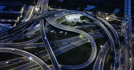 klasa : Aerial view of high-level highway interchange at dusk with blurred moving vehicles Wideo