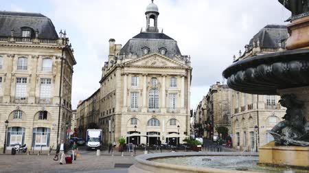 Бордо : BORDEAUX, FRANCE - JULY 18, 2019:  View of impressive classical French architecture on Place de la Bourse (former Royal square) in Bordeaux, France