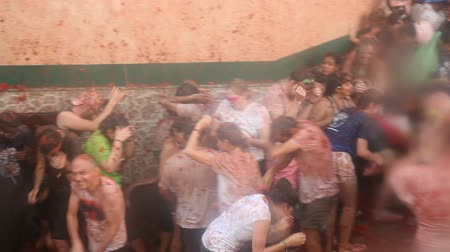 sierpien : BUNOL, SPAIN - AUGUST 29, 2018: People during La Tomatina festival. La Tomatina festival where people are fighting with tomatoes at street Wideo