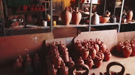 louça de barro : Different ceramic products on racks in pottery workshop Stock Footage