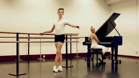 čtyřicátá léta : Ballet lesson in the studio. Choreographer plays the piano Dostupné videozáznamy