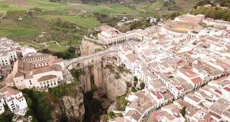 овраг : Aerial view of ancient city of Ronda located on two edges of gorge with Guadalevin river, Andalusia, Spain
