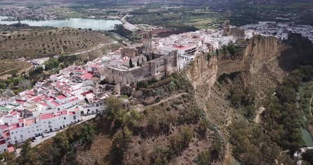 andalusie : Aerial view of Arcos de la Frontera city with medieval castle on edge of cliff