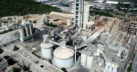 stabiliteit : Industrial background with large cement factory. Aerial view Stockvideo
