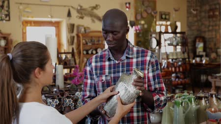 Танзания : Afro-american seller offers woman traditional handmade african pottery