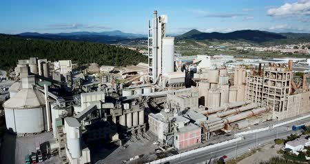 çevre kirliliği : Aerial view of a huge cement plant with warehouses in Catalonia, Spain